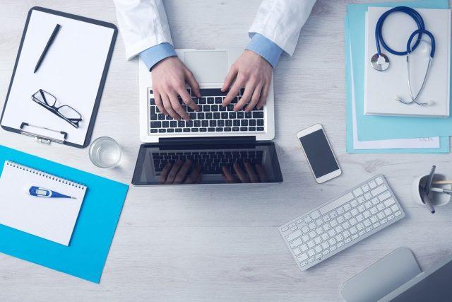 Lékař počítač notebook klávesnice