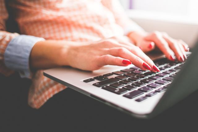 Počítač, klávesnice, internet, psaní, nehty, ženské ruce