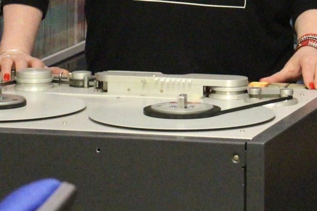 Rozhlasovým technikům se nakonec podařilo obsah pásku přenést do počítače. Objevili na něm zprávy z 28. května 1946, které čte Vlastimil Tajrych