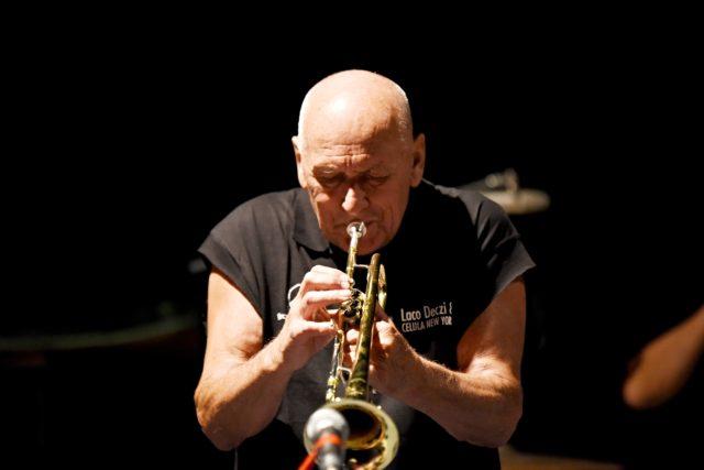 Laco Déczi zahrál se svou kapelou Celula New York v sále budějovického rozhlasu