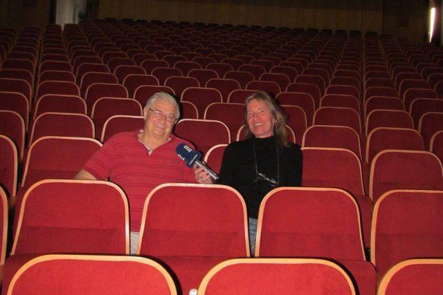 Ředitel táborského divadla Karel Daňhel s redaktorem Zdeňkem Zajíčkem v jednom z hledišť