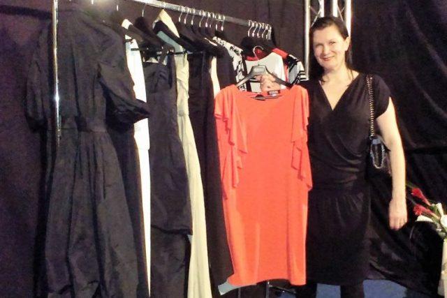 Módní návrhářka Taťána Kovaříková s částí své letošní kolekce, kterou představila na Moda Fashion Days v Českém Krumlově