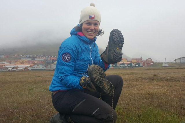 Barbora Jonášová, studentka Jihočeské univerzity, v Arktidě zkoumá semena v půdě