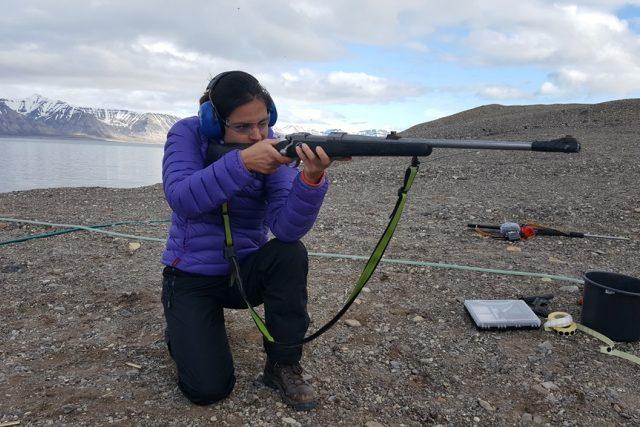 Po příjezdu na výzkumnou stanici v arktické divočině musela Romana Lehmannová absolvovat střelecký kurz. Hrozí tu totiž napadení ledním medvědem