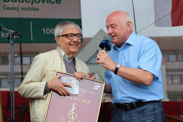 Miloň Čepelka s kapelníkem Veselky Ladislavem Kubešem | foto: Miroslav Tichák,  Český rozhlas