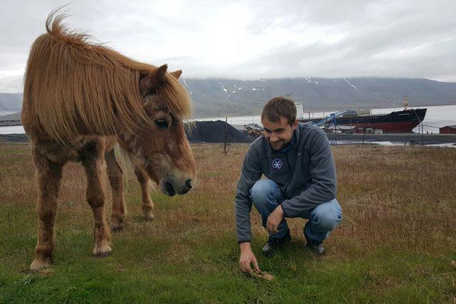Student Marek Brož chytá v arktickém městečku hraboše. Líčí pasti u koňské stáje,  kde se hlodavci často objevují   foto: Romana Lehmannová,  Český rozhlas