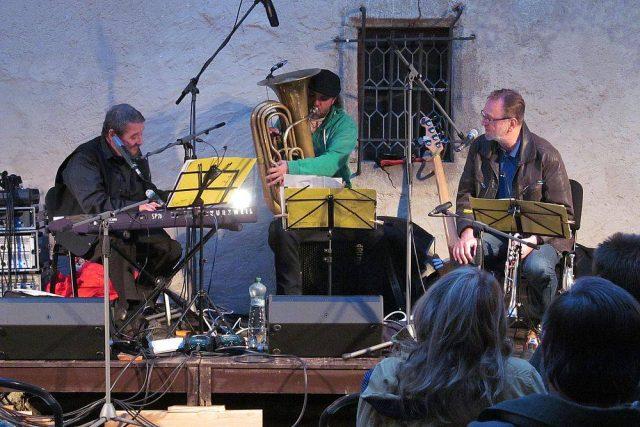 Na koncertě kapely Jan Spálený Trio na nádvoří tvrze Cuknštejn vznikla nahrávka pro desku