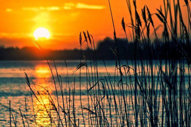 Rybník a vodní plocha. Západ slunce (ilustrační foto)
