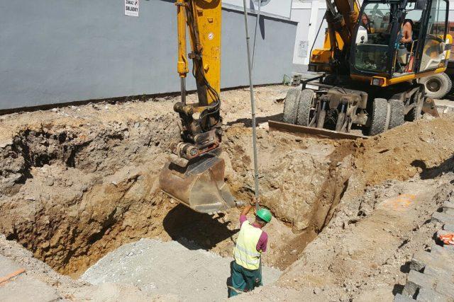 Při výkopu podzemního kontejneru na Piaristickém náměstí objevili archeologové celkem 29 hrobů