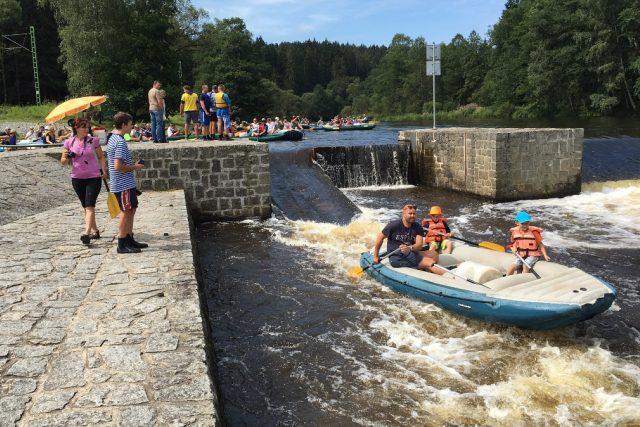 Vodákům v Herbertově na řece Vltavě speciální plavčík radí, jak splouvat obávaný jez