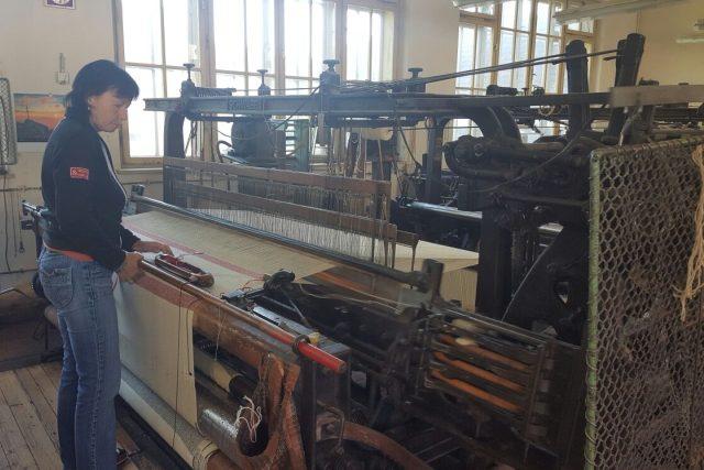Tkalcovskému řemeslu se ve Strmilově věnuje rodina Kubákových už téměř 200 let. Řemeslo se předává z generace na generaci | foto: Lucie Hochmanová