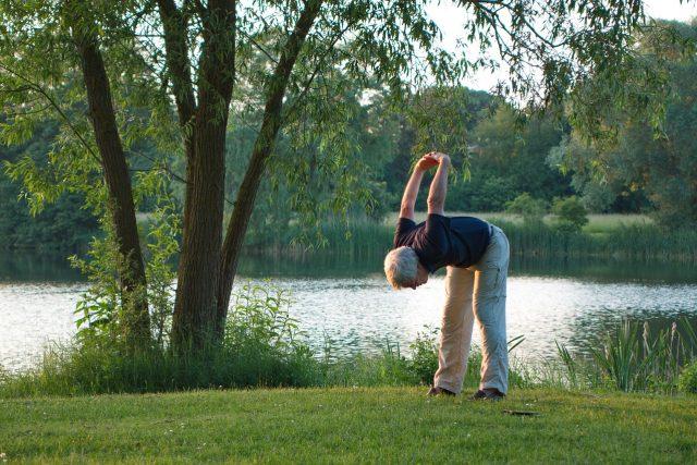 cvičení, pohyb, jóga, protahování, senior