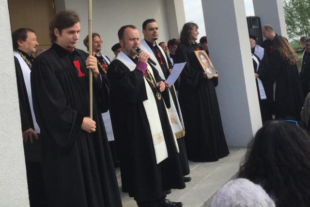 Slavnostní znovuotevření kostela v Mirovicích. Lidé ho opravili za pouhý rok a půl poté, co vyhořel
