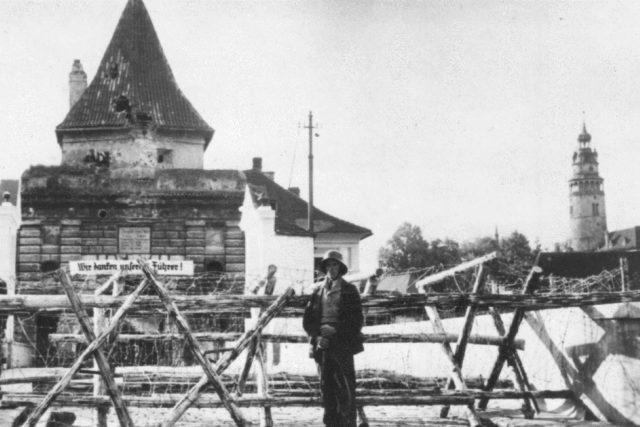 Zátaras u Budějovické brány v Českém Krumlově 2. října 1938 | foto: archiv Jana Ciglbauera
