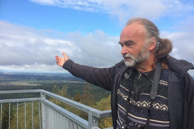 Znalec Novohradských hor Milan Koželuh na vrcholu hory Mandelstein