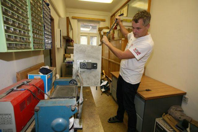 Vedle kanceláře mají policejní experti na mechanoskopii malou dílničku, kde se snaží napodobit to, co dělají pachatelé na místě činu