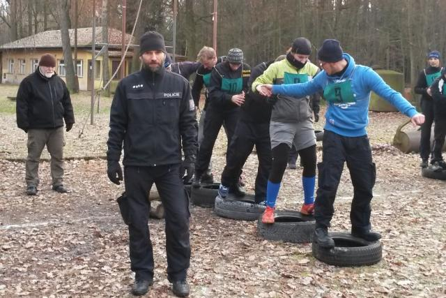 Fyzická příprava policistů v areálu u Lišova,  kterou vede instruktor službení přípravy Pavel Strnad | foto: Martina Toušková