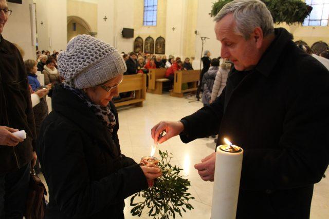 Předávání Betlémského světla v katedrálním kostele sv. Mikuláše v Českých Budějovicích