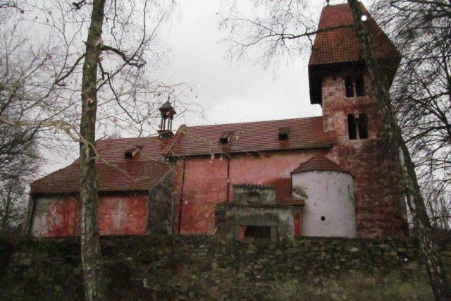 Kostel v Boleticích byl dlouhá léta součástí vojenského prostoru,  devastovali ho sovětští vojáci i zlatokopové | foto: Hana Zajíčková