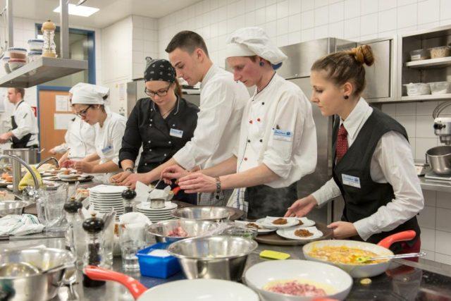 Na škole cestovního ruchu v příhraničním Bad Leonfeldenu se žáci učí vařit i štědrovečerní menu