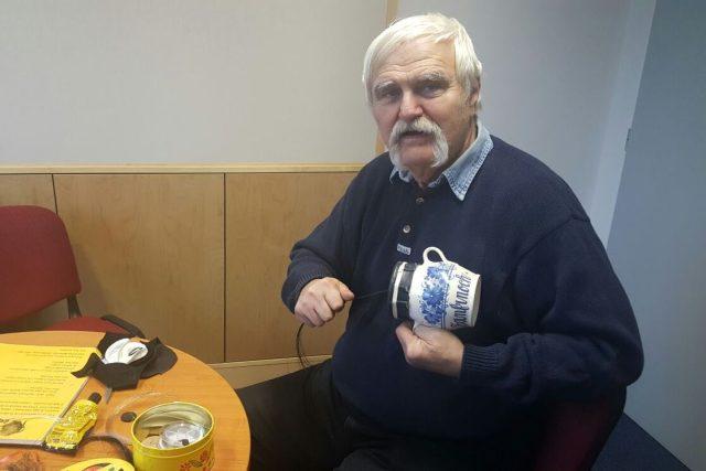 Miroslav Stecher z Českých Budějovic s fanfrnochem, nástrojem, který se používal při koledování