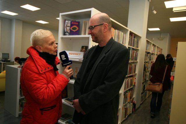 Autorka pořadu Dámská jízda Mirka Nezvalová s ředitelem Jihočeské vědecké knihovny v Českých Budějovicích Ivo Karešem