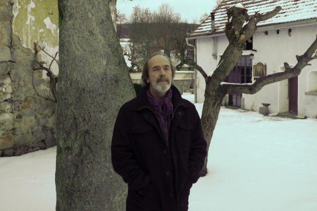Petr Štěpán maluje obrazy, ilustruje knížky, vyrábí kopie uměleckých předmětů pro muzea, hraje na kytaru, zpívá, restauruje i staví