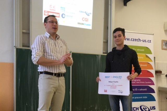 Milan Flachs, student gymnázia Jírovcova v Českých Budějovicích, převzal cenu pro nejlepšího angličtináře v mezinárodní soutěži Best in English
