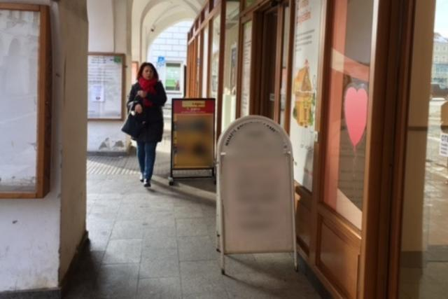 Reklamní áčka v podloubí v centru Českých Budějovic | foto: Lenka Nechvátalová
