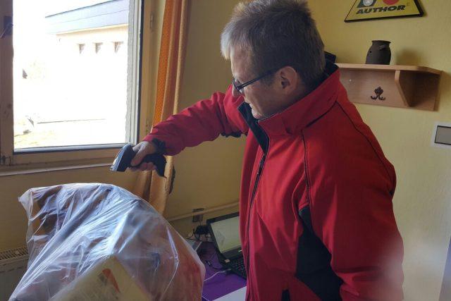 Na každý pytel s vytříděným odpadem nalepí lidé svůj vlastní čárový kód, podle kterého potom zaměstnanci obce jejich odpad zaevidují