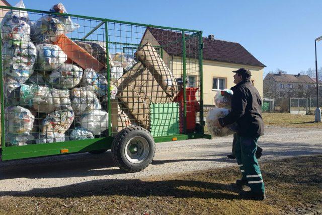 zaměstnanci úřadu objedou jednou za čtrnáct dní obec a její místní části a tříděný odpad seberou přímo od domů | foto: Lucie Hochmanová,  Český rozhlas
