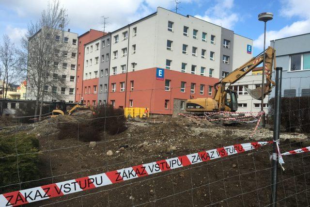 Ve svahu v areálu českokrumlové nemocnice začala stavba nového pavilonu