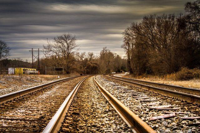 Želenice a vlak (ilustrační foto)