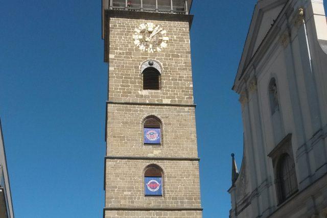 Klubové vlajky vyvěsili fanoušci českobudějovického Motoru z oken Černé věže. Připomínají tak účast hokejistů v baráži o extraligu