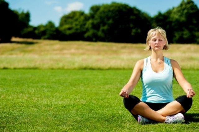 Starší žena, jóga, meditace