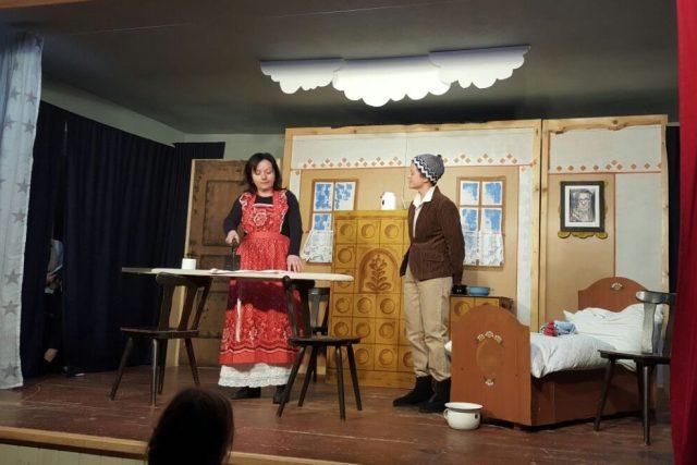 Starší část souboru Hildegarda v Horním Bolíkově právě hraje hru Divadla Járy Cimrmana Záskok