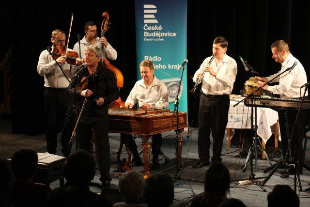 Kromě muzikálu,  swingu nebo cikánské hudby dostane prostor i folklor s kapelami Hradišťan  (na snímku) nebo Čechomor | foto: Miroslav Tichák, Český rozhlas