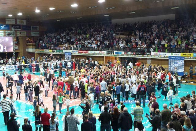 Volejbalisté Jihostroje společně s fanoušky oslavují mistrovský titul