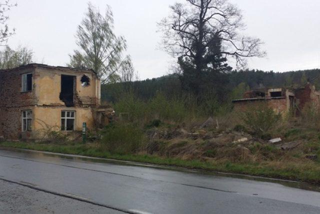 Zbytky bývalého dětského domova u Husince. Od roku 1994 objekt chátrá, městu se nedaří spojit s majiteli