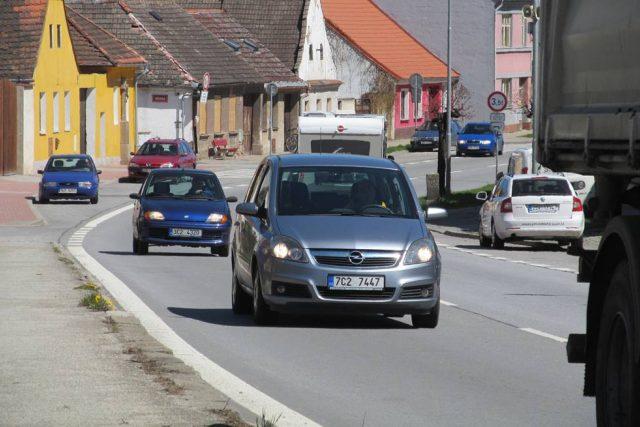 Hustá doprava trápí Lišov už mnoho let, městem jezdí i kamiony. Na obchvat ale místní zatím čekají marně