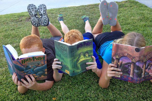 Děti čtou Harry Pottera