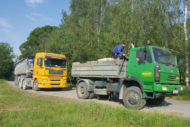 Řidiči nákladních aut často nezakrývají plachtou kameny nebo štěrk, které vezou. Ohrožují tak například chodce i další řidiče