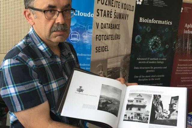 Kurátor Fotoateliéru Seidel Petr Hudičák má k dispozici více než čtyři tisíce digitalizovaných pohlednic staré Šumavy