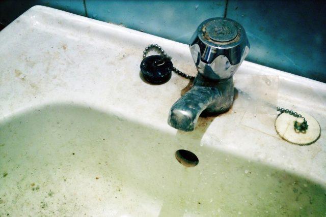 Vodovodní trubky v Miroticích jsou staré, plné kalů, proto z kohoutků často teče špinavá voda. Ilustrační foto
