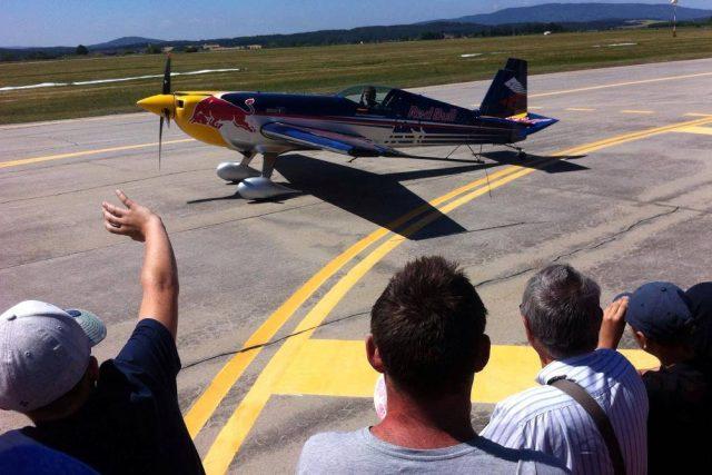 Na oslavu dorazil také Martin Šonka, závodník letecké série Red Bull Air Race, který českobudějovické letiště dobře zná a rád se na něj vrací