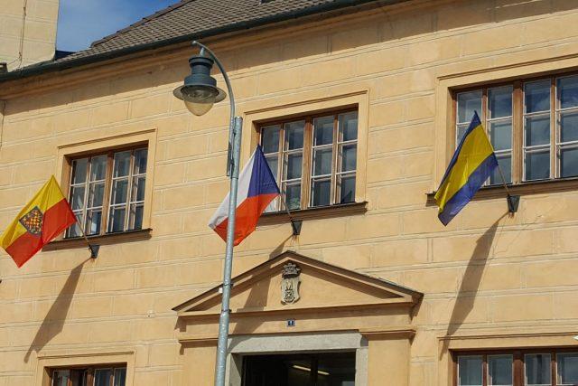 Na radnici v Dačicích se objevila moravská zemská vlajka