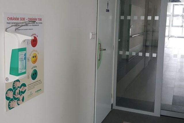 Desinfekční panely se objevily v jindřichohradecké nemocnici na chodbě před internou a chirurgickým oddělením. Postupně by měly být i na dalších místech