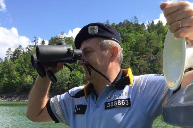 Policisté kontrolují řidiče malých motorových plavidel na přehradě Orlík