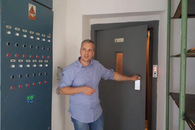 Kastelán Jan Mikeš u výtahu, který je vestavěný ve španělském křídle zámku