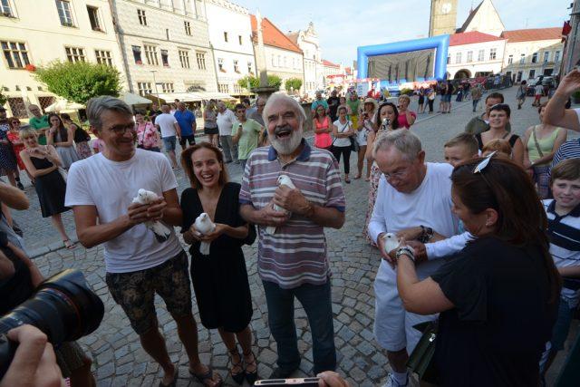 Film Po strništi bos zahájil festival ve Slavonicích. Ještě před projekcí vypustila filmová delegace symbolicky ze slavonického náměstí poštovní holuby, jednak proto, že ve filmu také hrají, jednak pro štěstí